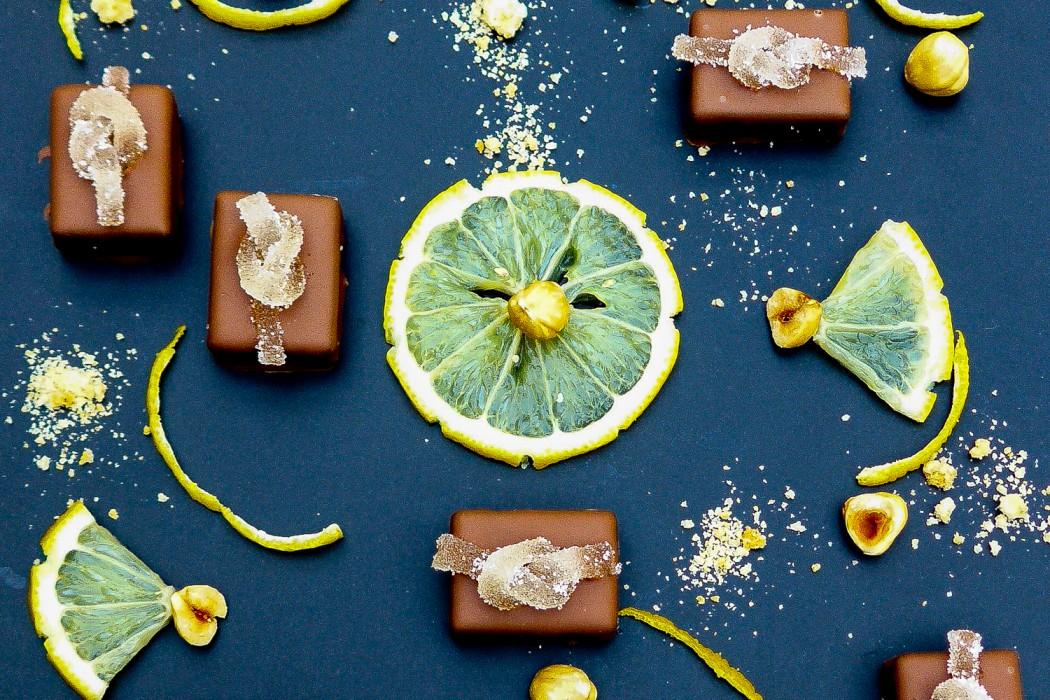 « Corsica » (bonbon de chocolat gianduja canistrelli, zestes de citrons, gelée de citron)