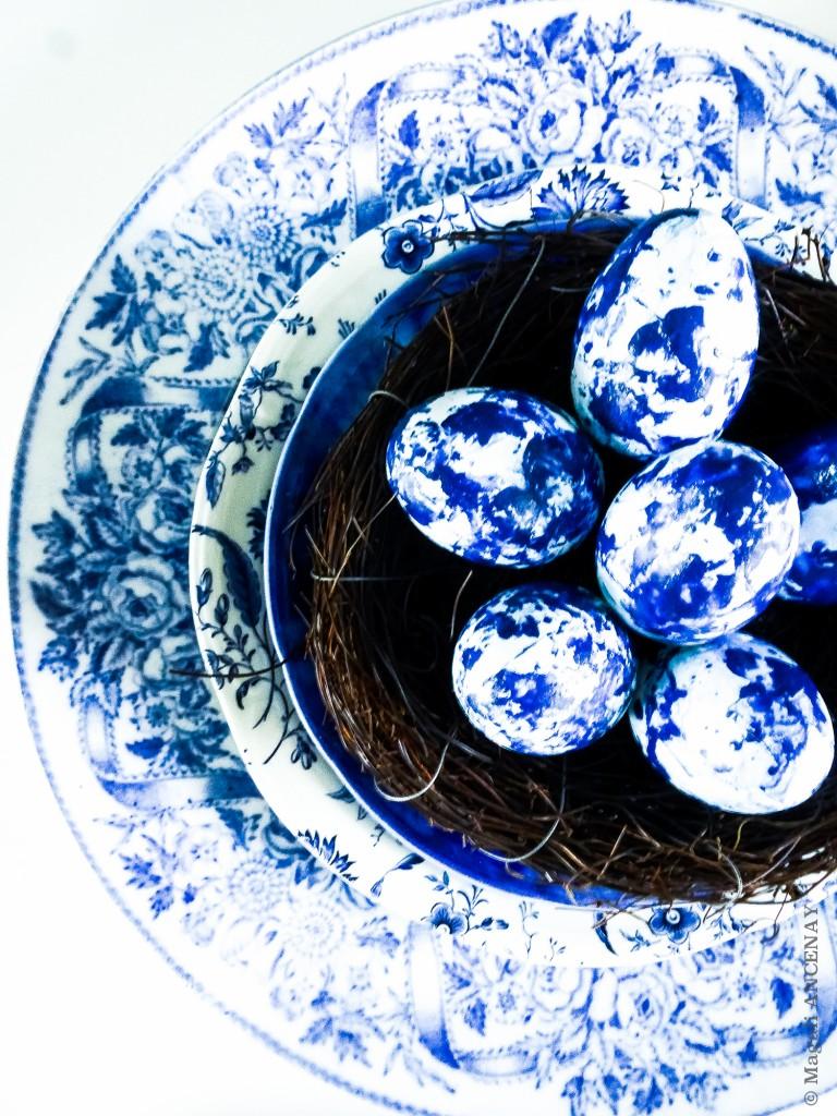 De beaux oeufs de Pâques, couleur Indigo