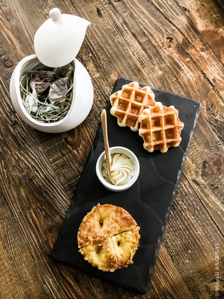 Terminer ce repas avec deux douceurs originaires du nord .... Les gaufres et la tarte au sucre sans oublier les petits caramels mous dans la très jolie porcelaine réalisée pour l'établissement.