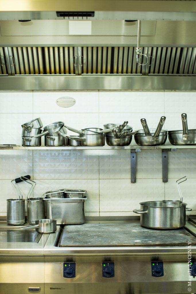 Cuisine ouverte où sont préparés les mets froids ou les dressages