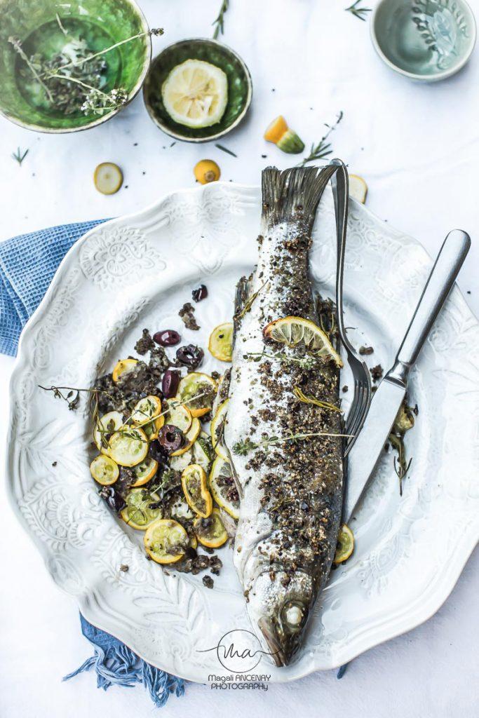 Loup au four, chapelure olives et câpres - Magali ANCENAY Photographe Culinaire